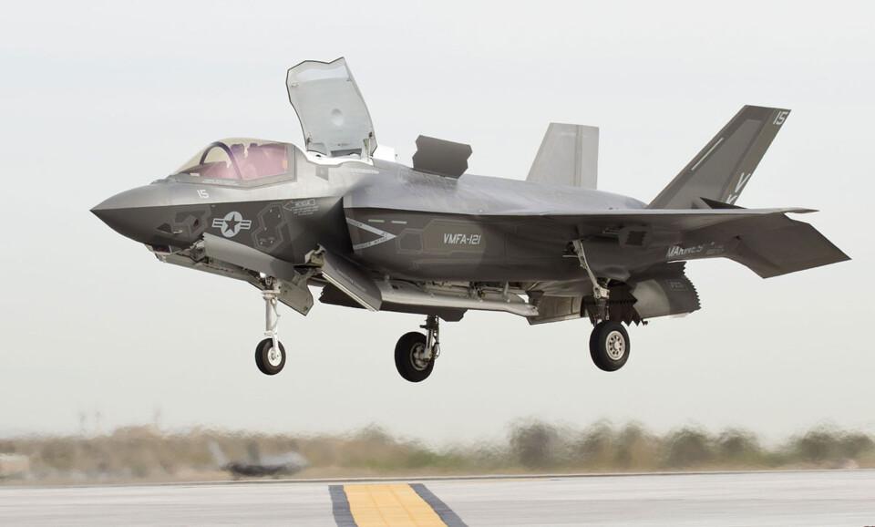 O F-35B é a versão complexa da série, capaz de pousar e decolar como um helicóptero (Foto - US Navy)