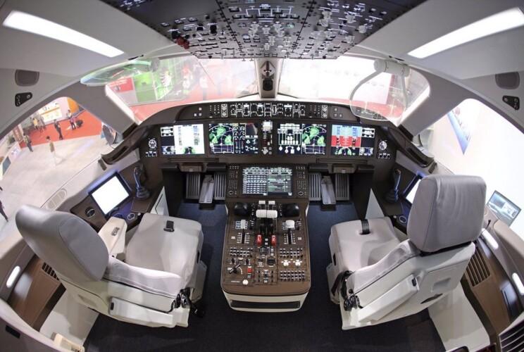 O cockpit do C919 é equipado com alguns dos aviônicos mais avançados da indústria (Divulgação)